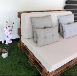 idea de sofa con palet y almohadas